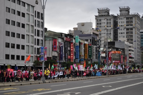 protesters on xinsheng before turn onto ren'ai/fury rally, taipei/jan 2013