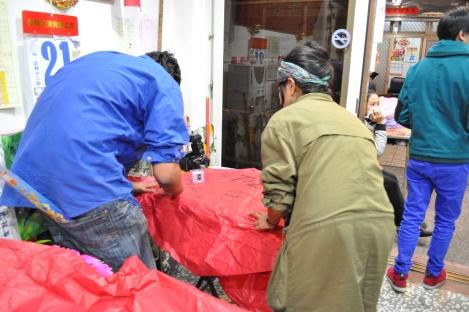manav + dish making theirs/pinxi, taiwan/feb 2013